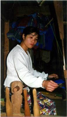Thiếu nữ Mường may hàng thổ cẩm ở Sapa - ảnh NVH