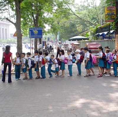Học sinh trên đường phố