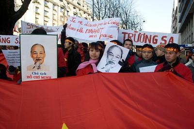 Trường Sa và Hoàng Sa - SVVN biểu tình ngày 22-12-07 tại Paris (ảnh ADEVF)