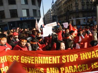 Sinh viên Việt Nam biểu tình tại Paris về Hoàng Sa và Trường Sa