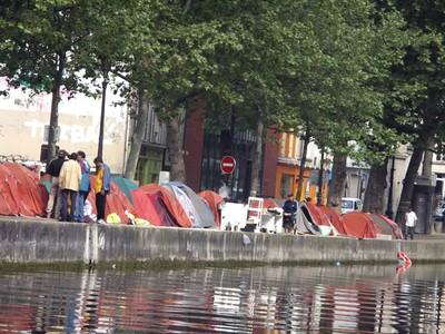 Lều cắm dọc kênh St Martin