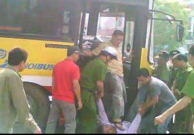 Đạp thẳng vào mặt người biểu tình bị bắt
